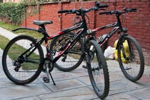Onze fietsen, nu nog allebei eenzelfde trainingspak