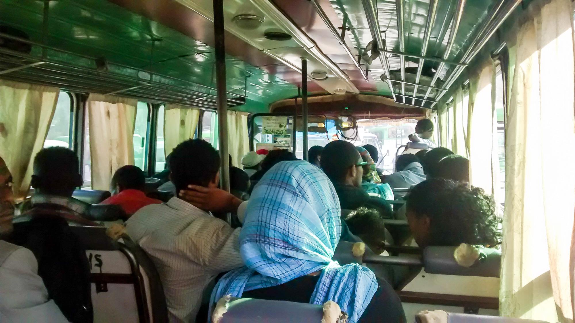 In de bus, zes uur reistijd met vertrek om 5:30 in de ochtend.